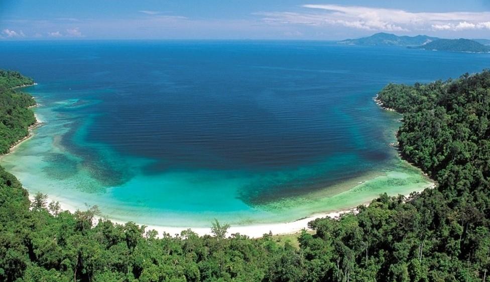 海岛,沙滩洁白细软,海水清澈见底,因附近海域曾经有两只野生的海牛,也
